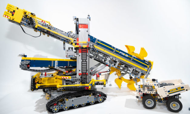 LEGOバケット掘削機を小学校一年生が組み立てました